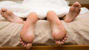 Σύζυγος προσέφυγε κατά του συζύγου της ισχυριζόμενη ότι την απατά με τον «κολλητό» του