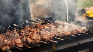 Τσικνοπέμπτη: Τα μυστικά για υγιεινό ψήσιμο στα κάρβουνα