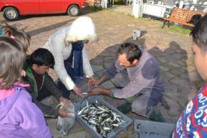Λέσβος: Αυτός είναι ο 35χρονος που μοιράζει ψάρια στα προσφυγόπουλα