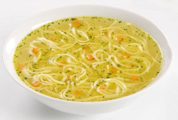 Σούπα με νουντλς, κοτόπουλο, σέλινο και καρότο  για ανακούφιση από τη διάρροια