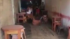 ΒΙΝΤΕΟ – Καρεκλιές από απατημένη στον σύζυγο που τον έκανε τσακωτό να πίνει με τρεις γυναίκες