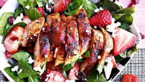Ψητό κοτόπουλο με σαλάτα και φράουλες