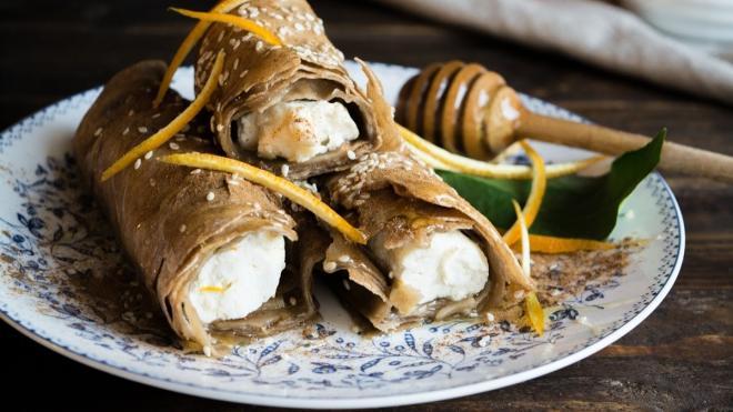 Φλογέρες με φύλλο ολικής άλεσης, ανθότυρο και μέλι
