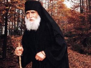Read more about the article Γέροντας Παΐσιος: «Ο κόσμος θέλει να αμαρτάνει και θέλει τον Θεό καλό…»