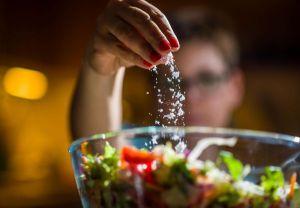 10 απλά βήματα για μειώσετε το αλάτι χωρίς «εκπτώσεις» στη γεύση