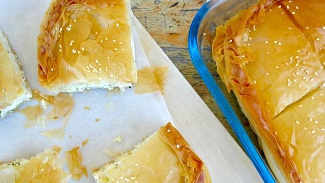 Διαφορετική τυρόπιτα με γιαούρτι, πάνω-κάτω σφολιάτα και στη μέση φύλλο