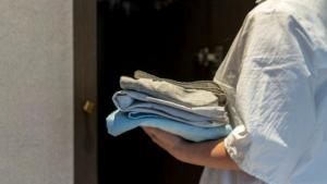 Τι να προσέχετε με τη ναφθαλίνη όταν «κατεβάσετε» τα καλοκαιρινά ρούχα