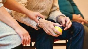 Read more about the article Η άγνωστη ασθένεια που μοιάζει με το Αλτσχάιμερ και «θερίζει» τους ηλικιωμένους