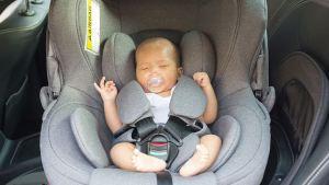 Τα μωρά δεν πρέπει να κοιμούνται στα καθισματάκια αυτοκινήτου
