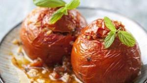 Μοναστηριακές ντομάτες γεμιστές με κους κους και ξηρούς καρπούς!