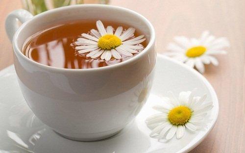 Τσάι από χαμομήλι και τζίντζερ για να διαλύσετε τα αέρια.fiftififti.eu