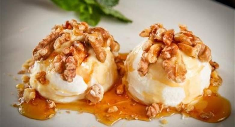 Παγωτό με καρύδια & μέλι