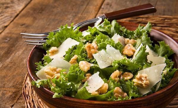 Λαχταριστή σαλάτα με ρόκα και μήλο για το μεσημεριανό σας.fiftififti.eu