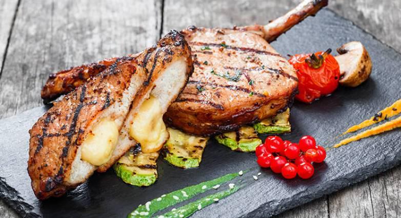 Read more about the article Χοιρινές μπριζόλες γεμιστές με σκόρδο και μυρωδικά
