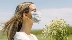 Νέες οδηγίες των ειδικών για τη χρήση της μάσκας από τα πλήρως εμβολιασμένα άτομα