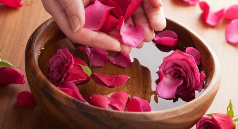 Ροδόνερο: Το φυσικό καλλυντικό που μας ομορφαίνει
