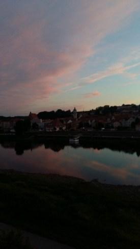 Pinke Wolken mit Spiegelung in der Elbe | 06.08.2017