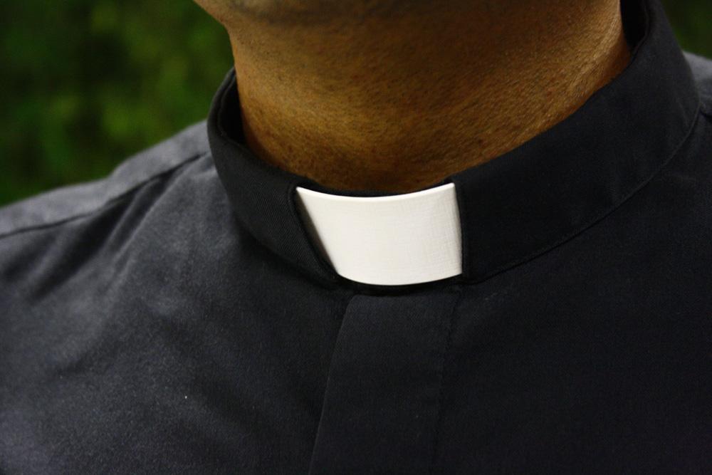 ¿Cómo tratar a un sacerdote?