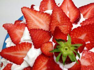 På Kulturkollo bjuder jag på den traditionella Langläsningen och jordgubbstårta idag (klicka på bilden för att komma dit!). Glad midsommar alla!