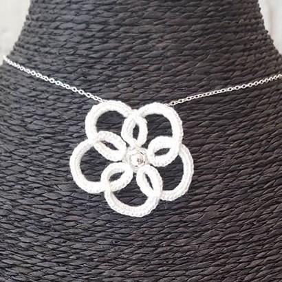 Collection Arabesque - Le collier 1 fleur - Arabesque 1 fleur blanc sur présentoir noir