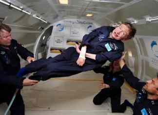 Stephen Hawking experimentando la gravedad cero durante un vuelo a bordo de un avión Boeing 727 modificado, propiedad de Zero Gravity Corporation. Autor: Jim Campbell/Aero-News Network. Imagen en dominio público por cortesía de Public Domain. Suggested credit: NASA or National Aeronautics and Space Administration.