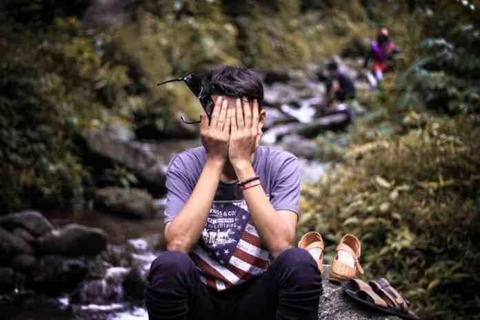 Vergüenza: sentimiento de incomodidad producido por el temor a hacer el ridículo ante alguien, o a que alguien lo haga.