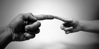 «El hecho de que las personas se sientan compenetradas y entre ellas pueda nacer el amor las refiere a una base común, pues pueden agradecerse mutuamente ese amor. Pero la propia capacidad de amar no se la han dado a sí mismas ni mutuamente unas a otras» escribe Wess.