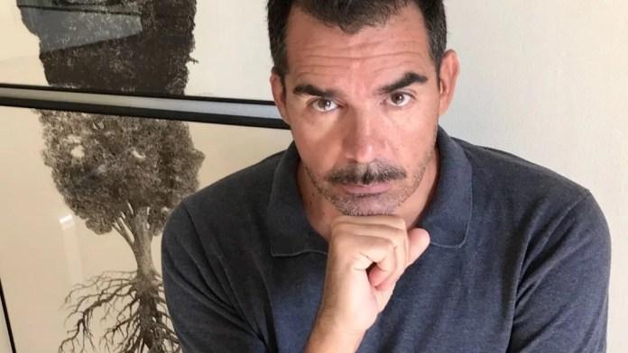 Juan Carlos Pérez Jiménez, escritor y profesor, máster en Filosofía, doctor en Ciencias de la Información, licenciado en Ciencias Políticas y Sociología y con formación en psicoanálisis lacaniano.