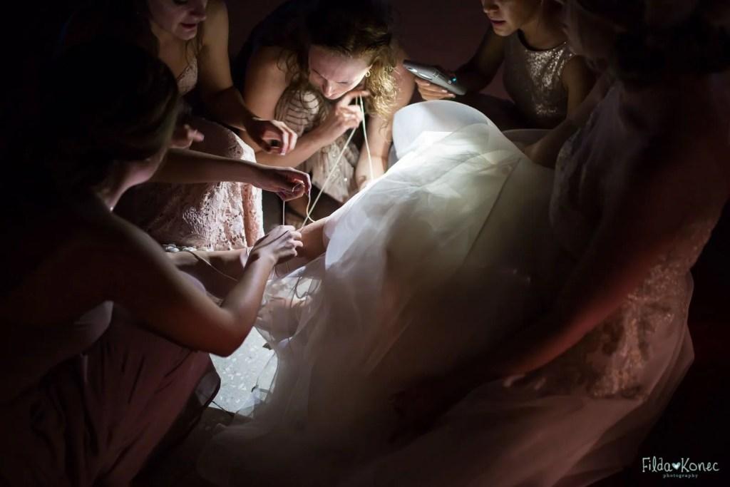 girls bustling up brides dress