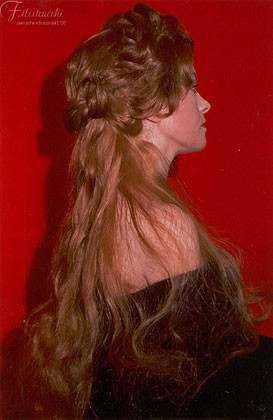 Modella indossa una parrucca con acconciatura rinascimentale