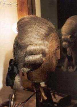 immagine di manichino con parrucca '700 grigia da uomo