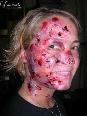 Immagine che rappresenta una maschera horror: il personaggio presenta la parte destra del volto coperta di ustioni