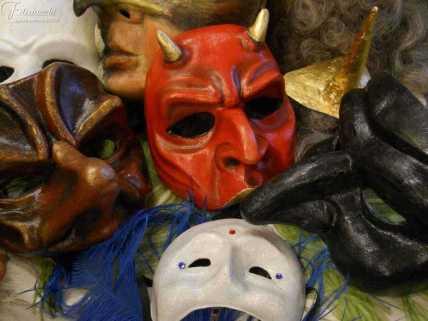 Insieme di maschere in cartapesta