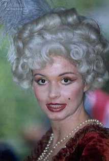 l'immagine raffigura una dama '700 con parrucca bianca in yak stile '700