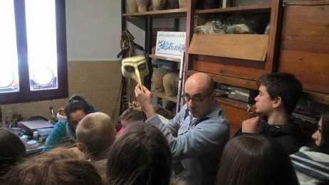 Foto di un momento di una visita guidata al laboratorio della bottega