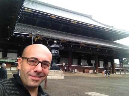 foto di Gherardo al tempio Higashi Hongannji Shouseienn Roututei