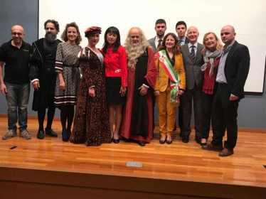 INQUIETO SIA IL GENIO -GIFU Foto di gruppo dopo lo spettacolo al Museo di Storia di Gifu assieme alla delegazione di Firenze