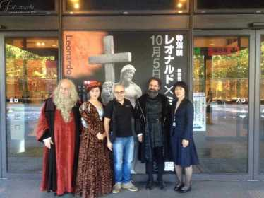 INQUIETO SIA IL GENIO-GIFU foto di gruppo davanti al Museo di Storia Naturale di Gifu