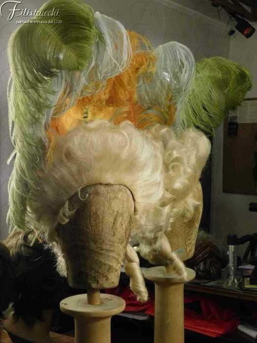 Immagine di una parrucca 700 da donna con piume
