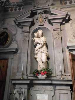 Ceppo la foto ritrare la statua della madonna con il bambino