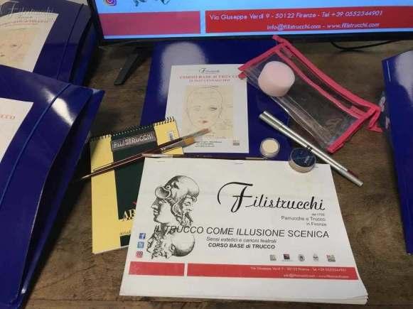 Il Kit del corso di trucco formato da dispense e cosmetici