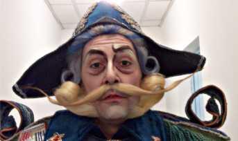 Foto di attore che interpreta il Maresciallo pronto per entrare in scena