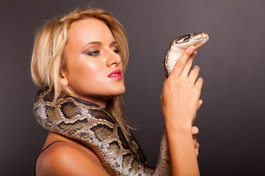Woman Calls 911 While She Has A Giant Snake Wrapped Around Her Neck - Fillgap News-2091