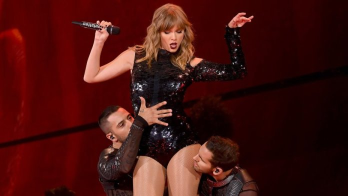 Taylor Swift, Performance, during Concert,In St. Louis, on 'Hey Stephen' Song, fans gone Crazy
