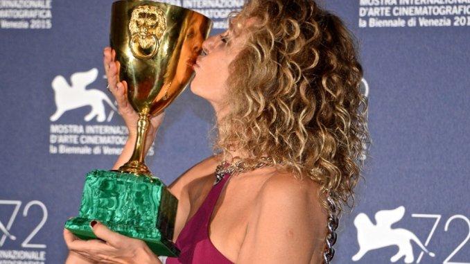 Valeria Golino con la Coppa Volpi