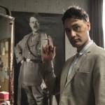 Taika Waititi is Adolf Hitler op eerste Jojo Rabbit foto's