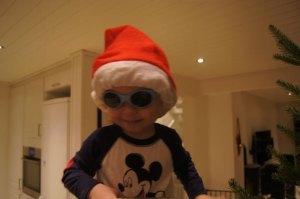 Småalven hjelper å pynte juletre.