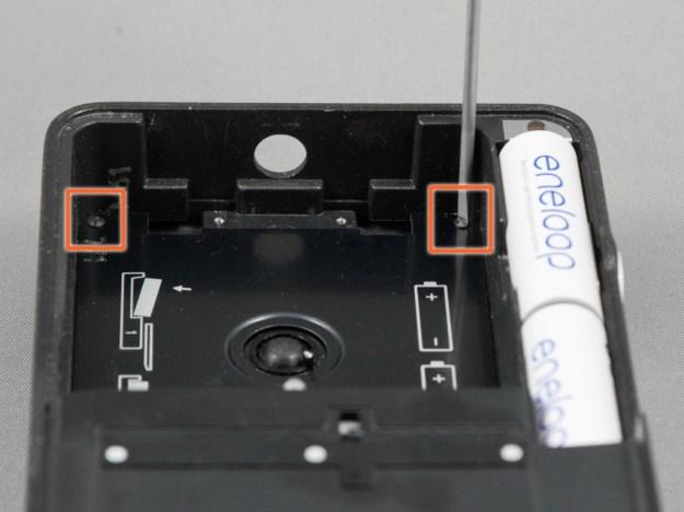 Die Schrauben im hinteren Teil des Kassettenraums ebenfalls lösen. Nun lässt sich das Auflageblech im Kassettenraum ohne Gewalt entnehmen.