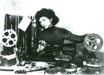 Maya Deren beim 16mm-Filmschnitt