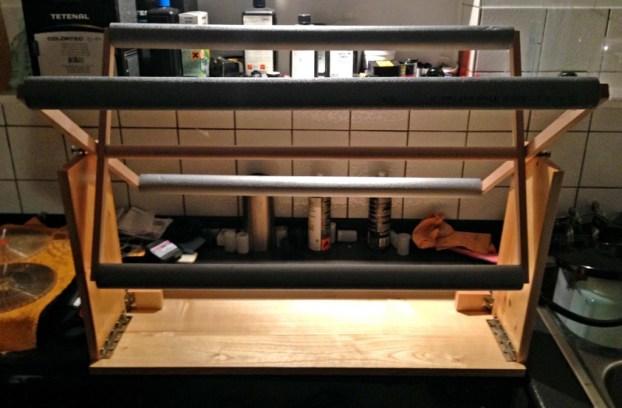 Die Seitenwände aufgestellt, das Trockenkreuz aufgeklappt. Ein bisschen Platz braucht man so auf dem Tisch schon.